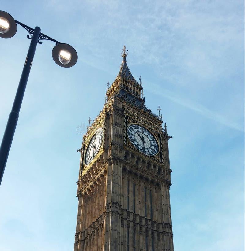 Big Ben pov geschossen im klaren blauen Himmel stockfotografie