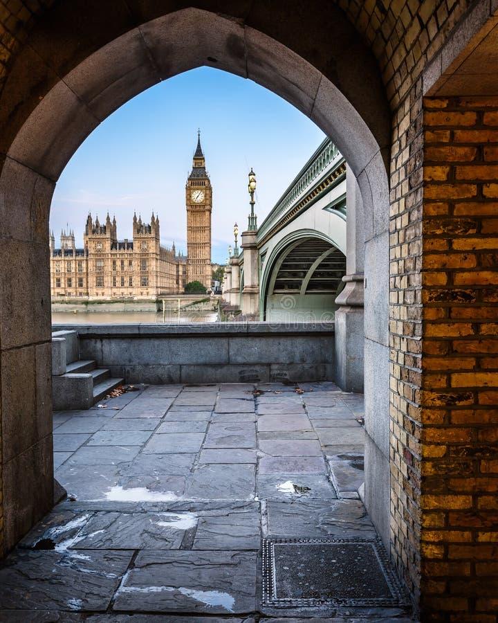 Big Ben, regina Elizabeth Tower e ponte di Westminster immagini stock