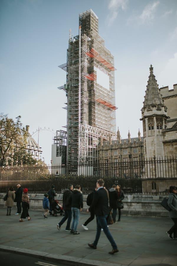 Big Ben täckte med ställningar under beskyddarbeten i en solig dag, i London arkivbilder