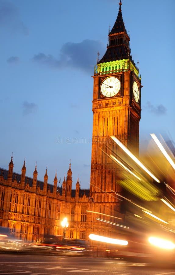 Big Ben a traffico di ora di punta, a Londra immagini stock libere da diritti