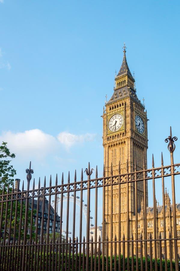 Big Ben-Turm in London hinter Zäunen mit blauem Himmel stockfotografie