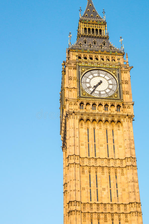 Big Ben-Turm in London hinter Zäunen mit blauem Himmel lizenzfreies stockfoto