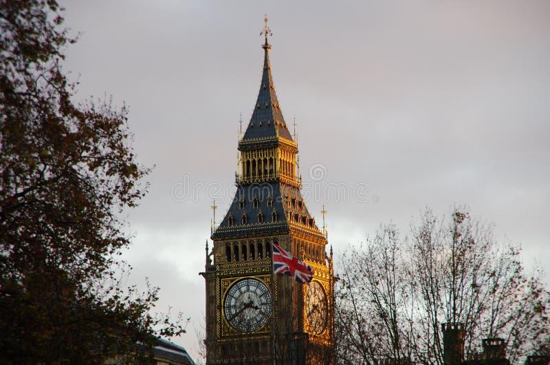 Big Ben und BRITISCHE Flagge stockfotografie