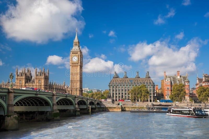 Big Ben und Parlamentsgebäude mit Boot in London, England, Großbritannien lizenzfreie stockbilder
