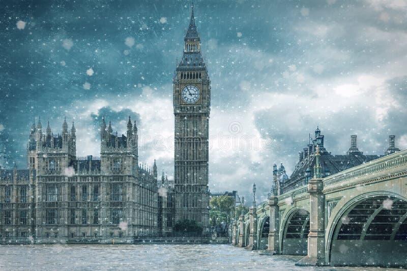 Big Ben und Westminster-Brücke auf einer Kälte, Tag des verschneiten Winters lizenzfreie stockfotografie