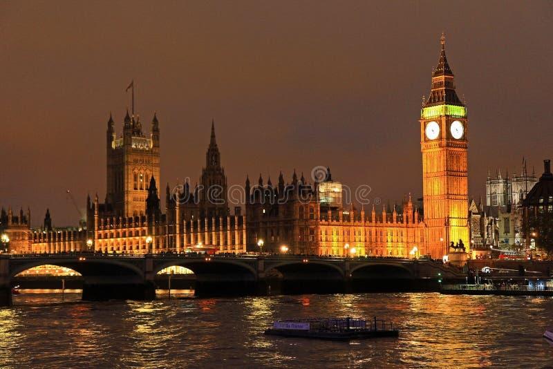 Big Ben van Londen bij nacht stock afbeelding