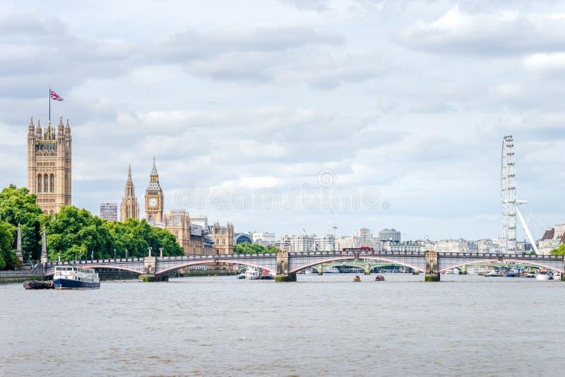 Big Ben, Westminster-Brücke, Flussufer-Ansicht durch die Themse lizenzfreie stockfotografie