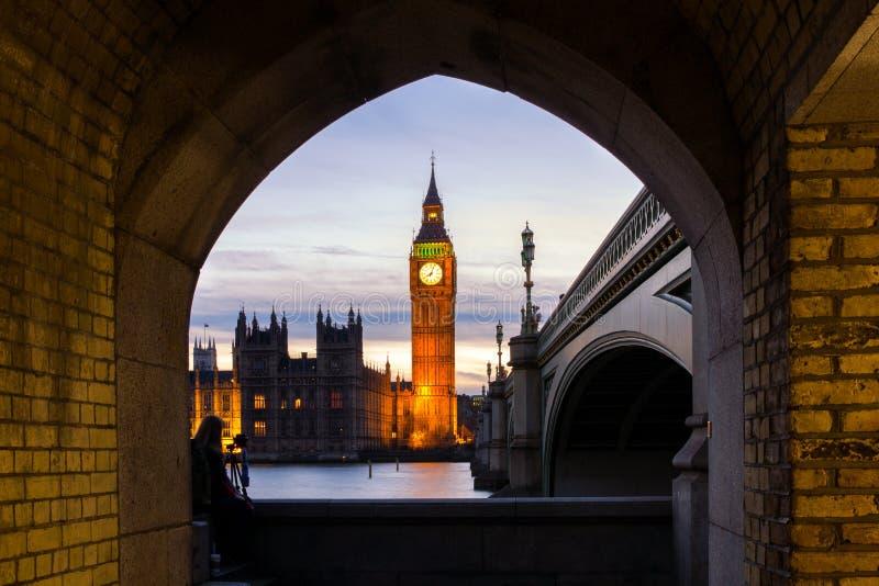 Big Ben, Westminster, Londen, na kleurrijke zonsondergang stock foto's