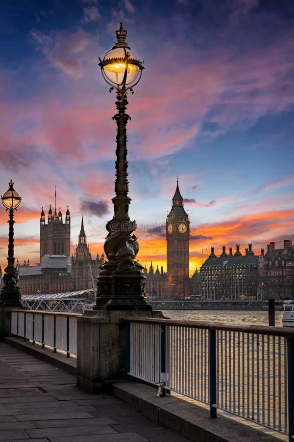 Big Ben y la Westminster en Londres, Reino Unido, enseguida después de la puesta del sol imagenes de archivo