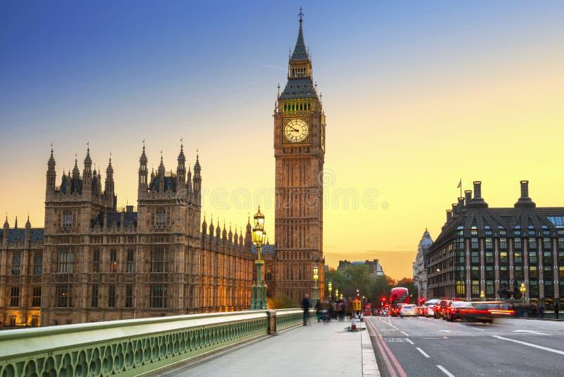 Big Ben y puente de Westminster en Londres en la puesta del sol fotos de archivo