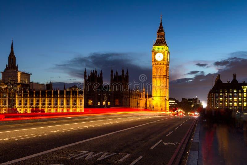 Big Ben y puente en la oscuridad, Londres, Reino Unido de Westminster imágenes de archivo libres de regalías