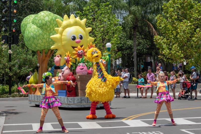 Big Bird e dançando no desfile da Sesame Street em Sesame Street no Seaworld 4 imagens de stock royalty free