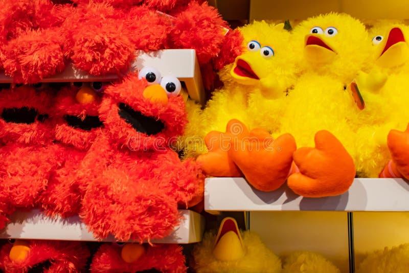Big Bird- und Elmo-plushies am Sesame Street-Speicher bei Seaworld im internationalen Antriebsbereich lizenzfreie stockfotos
