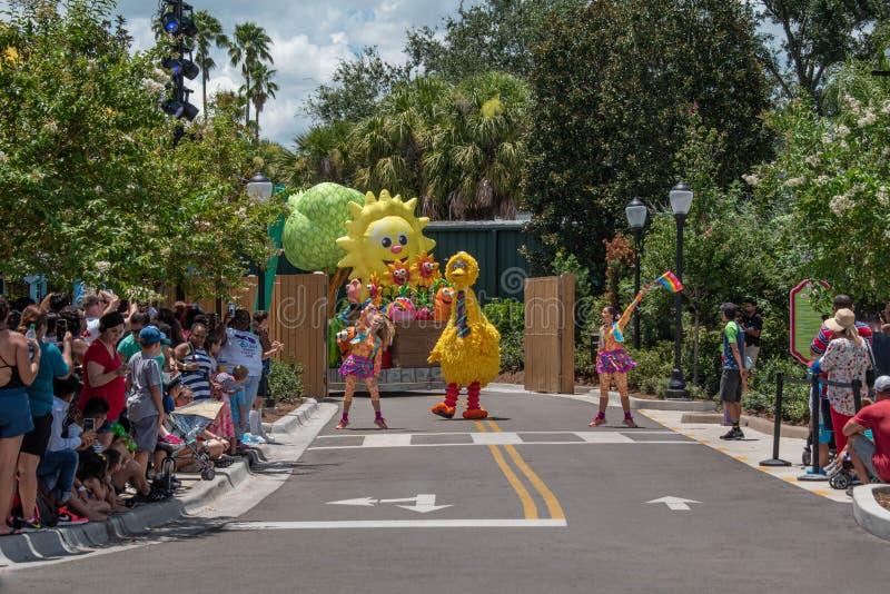 Big Bird und Tänzerinnen in der Sesame Street-Partei-Parade bei Seaworld 10 lizenzfreie stockfotografie