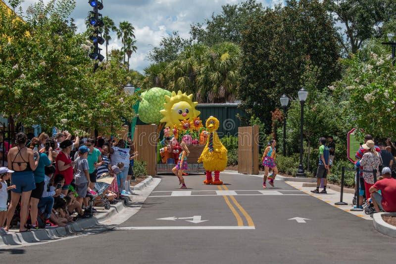 Big Bird und Tänzerinnen in der Sesame Street-Partei-Parade bei Seaworld 9 lizenzfreie stockfotografie