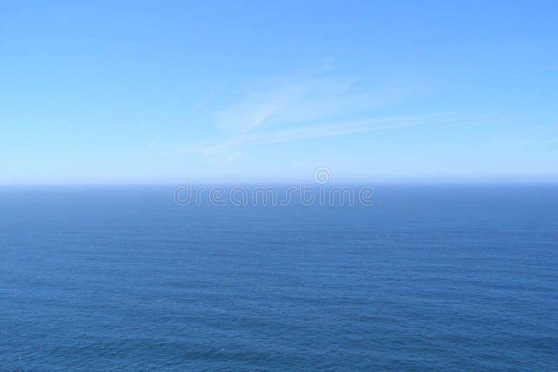 Big Blue Horizont var himlen smälter med vatten Cabo da Roca Portugal royaltyfri foto