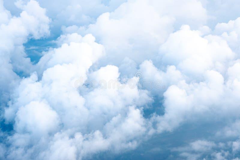 Big Blue niebo i Obłoczny Odgórny widok od samolotowego okno, natura plecy zdjęcie stock