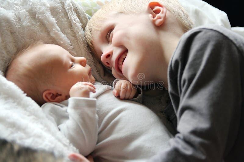 Big Brother Looking am neugeborenen Baby mit Liebe lizenzfreies stockbild