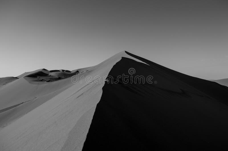 Big Daddy Dune de escalada durante o nascer do sol, olhando a cimeira imagem de stock