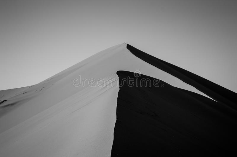 Big Daddy Dune de escalada durante o nascer do sol, olhando a cimeira fotografia de stock royalty free