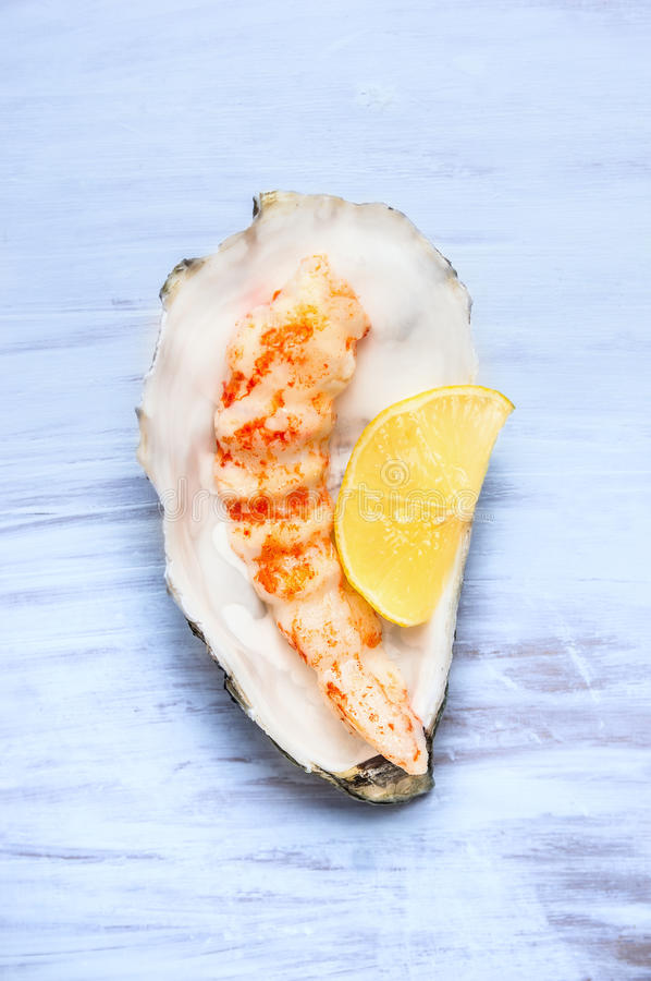 Free Big Shrimp With Lemon In Mussel Shell Royalty Free Stock Images - 48189889