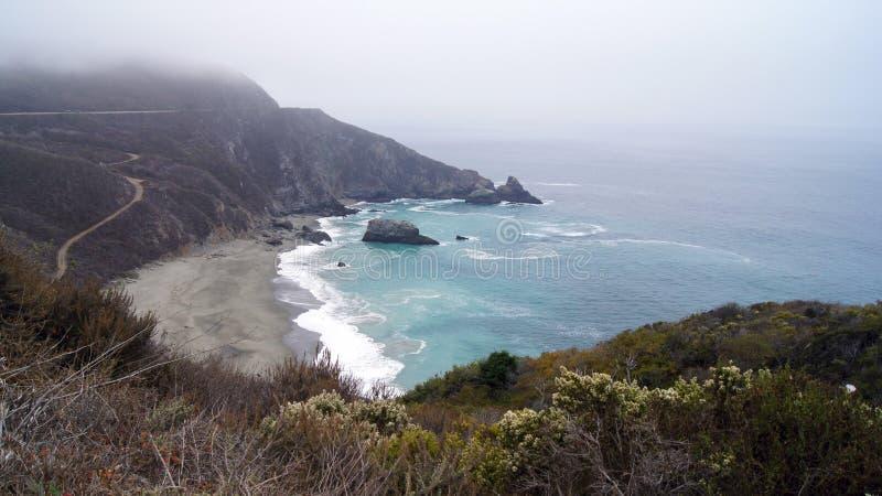 BIG SUR, CALIFÓRNIA, ESTADOS UNIDOS - 7 DE OUTUBRO DE 2014: Penhascos na opinião cênico da estrada da Costa do Pacífico entre Mon imagens de stock