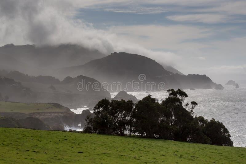 Big Sur scénique brumeux dans l'hiver photo stock