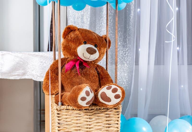 Big Teddy Bär im Ballonkorb Kinderspielzeug aus Bärenblüte in einem Innenkorb lizenzfreies stockfoto