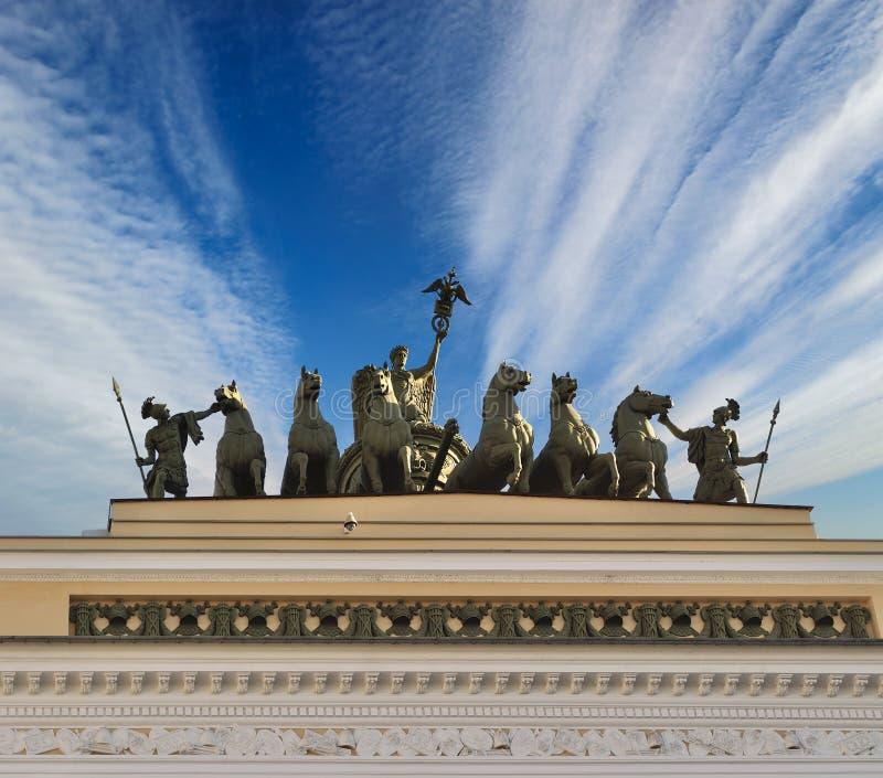 Biga da fama no telhado das matrizes no quadrado do palácio de St Petersburg, Rússia foto de stock