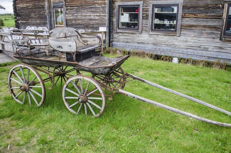 Biga quebrada de madeira antiga velha para o transporte com os fascilities oxidados clássicos do passeio na Suécia do norte fotos de stock