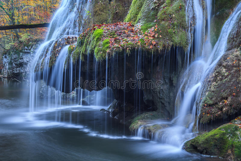 Bigar kaskada Spada w Nera Beusnita wąwozów parku narodowym, Rumunia zdjęcia royalty free