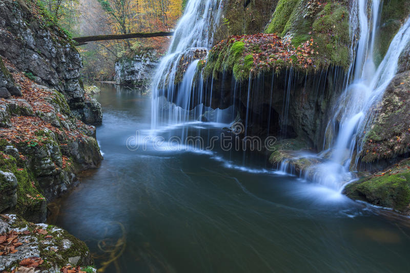 Bigar kaskadnedgångar i Nera Beusnita klyftor nationalpark, Rumänien royaltyfria foton