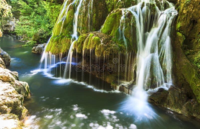 Bigar vattenfall i sommar arkivfoto