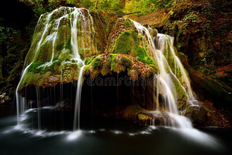 Bigar vattenfall som lokaliseras på genomskärningen med parallellen 4 arkivbild