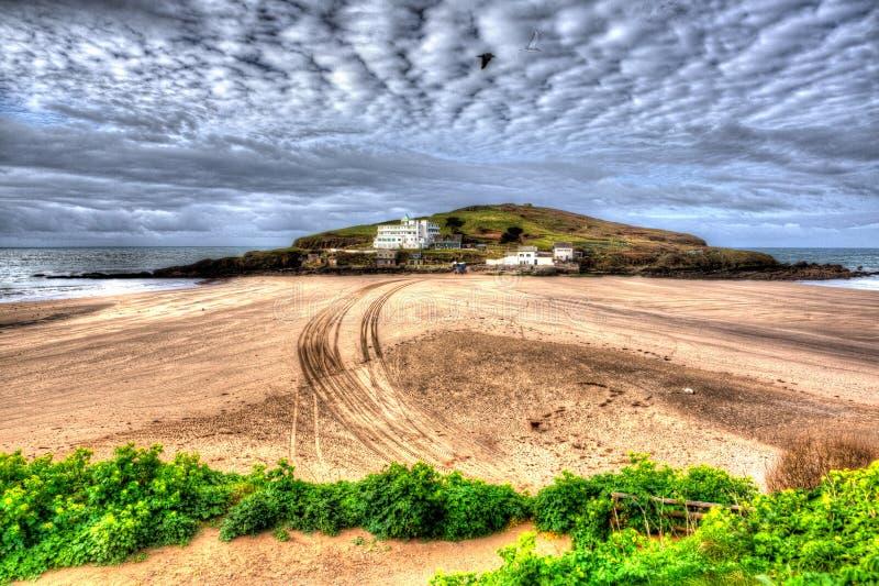 Bigbury-sur-mer proche britannique du sud de Devon England d'île de Burgh sur le chemin du sud de côte ouest dans HDR coloré vif  image libre de droits