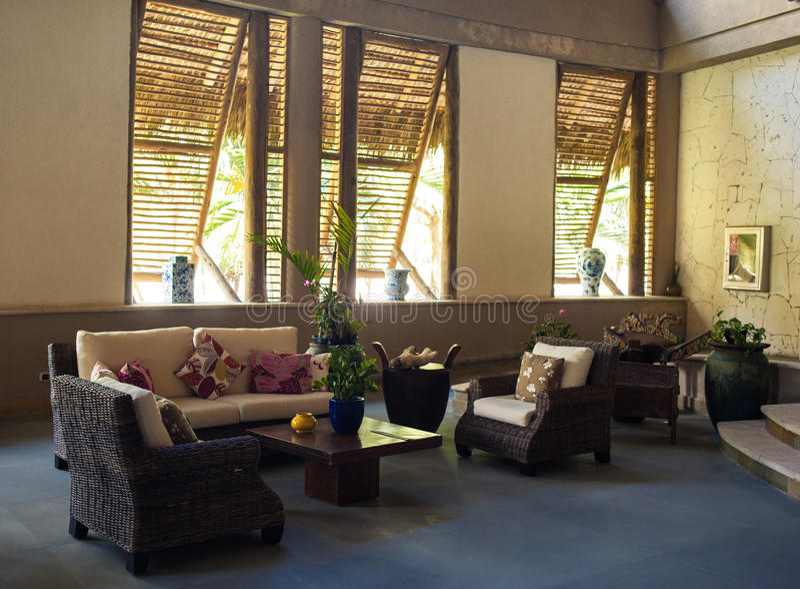 Bighelloni l'area in ingresso dell'hotel di località di soggiorno caraibico immagini stock libere da diritti