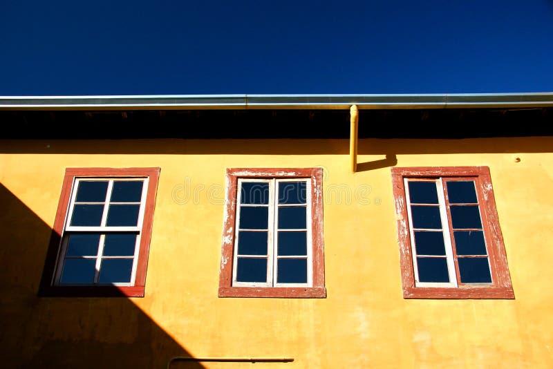 bight zewnątrz domu żółty zdjęcia stock