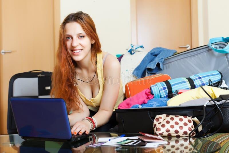 Biglietti d'acquisto della giovane donna online immagini stock libere da diritti
