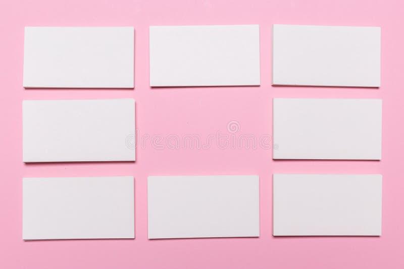 Biglietti da visita bianchi in bianco su fondo rosa fotografia stock
