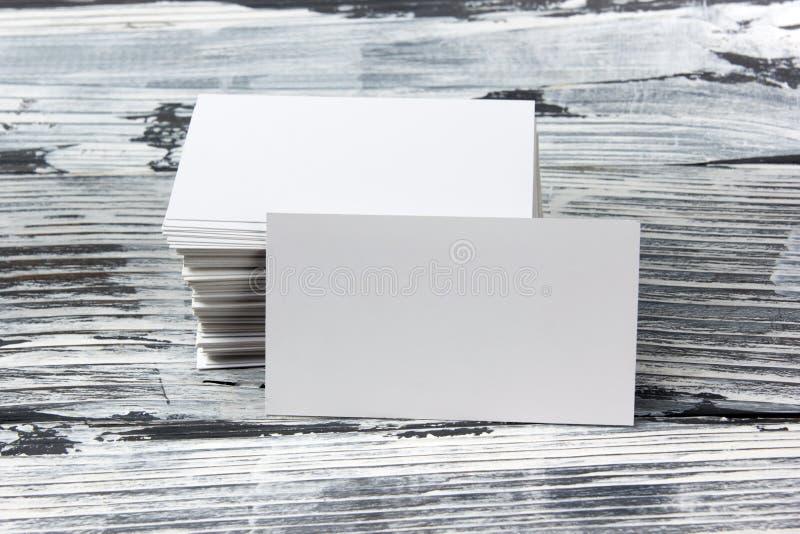 Biglietti da visita in bianco del pacchetto del modello di identità corporativa sulla tavola di legno immagine stock libera da diritti