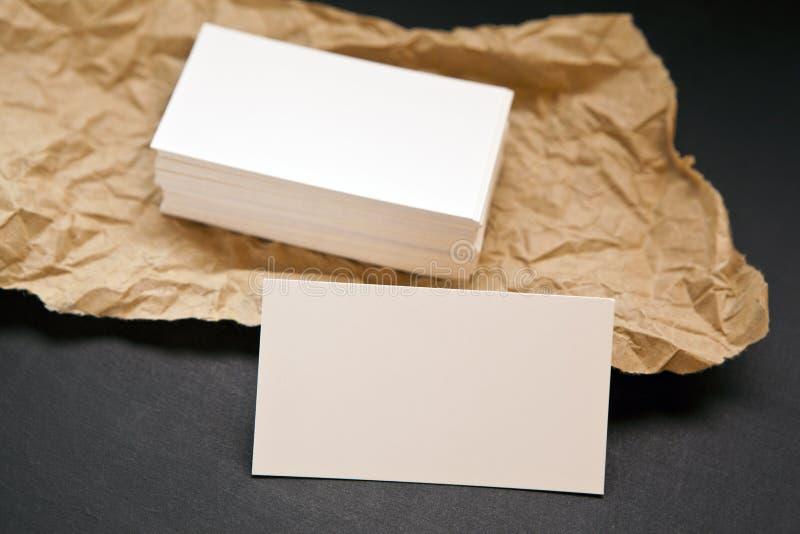 Biglietti da visita in bianco su un fondo grigio fotografia stock libera da diritti