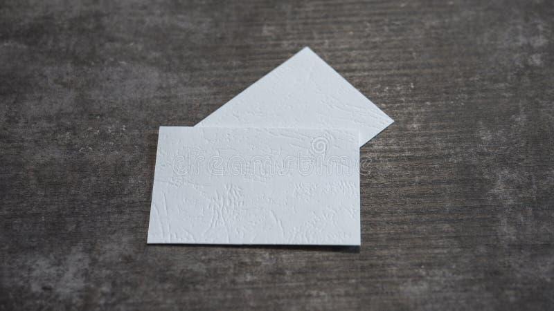 Biglietti da visita in bianco su una superficie di legno immagini stock