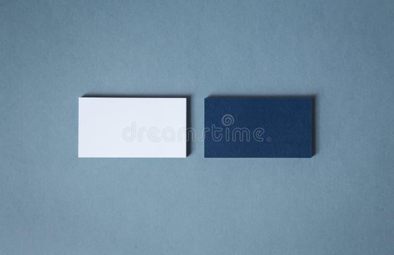 Biglietti da visita blu bianchi in bianco in due pile fotografia stock libera da diritti