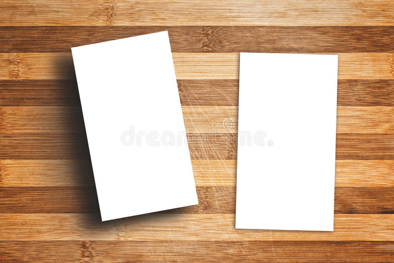 Biglietti da visita verticali in bianco sulla Tabella di legno fotografia stock libera da diritti