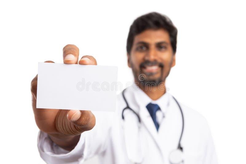 Biglietto da visita dello spazio in bianco del primo piano tenuto da medico immagine stock