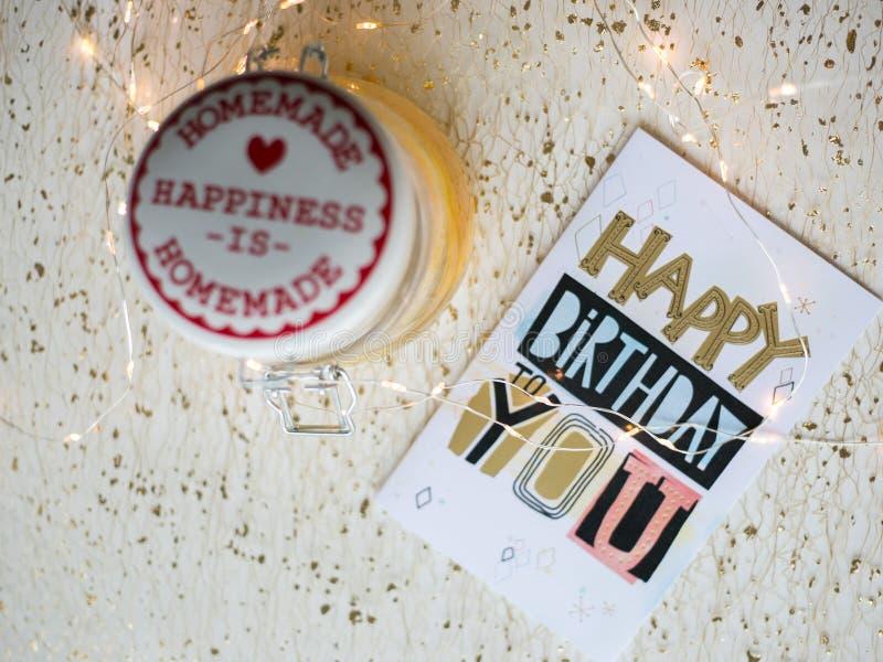 Tavolo Compleanno Natale : Biglietto di auguri per il compleanno felice su una tavola e sulle