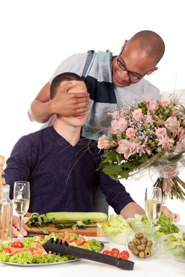 Biglietto di S. Valentino gaio delle coppie di origine etnica Mixed fotografia stock libera da diritti