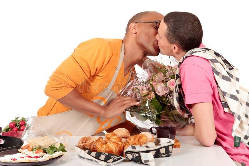 Biglietto di S. Valentino gaio delle coppie di origine etnica Mixed immagini stock