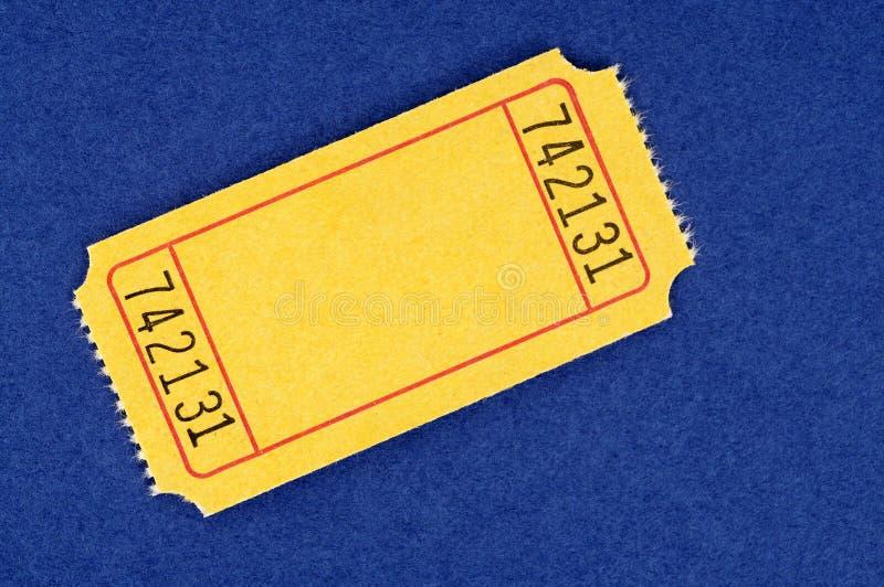Biglietto giallo in bianco di tombola su un fondo blu immagine stock