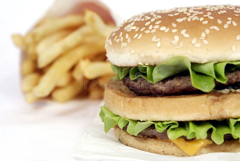 BigMac & patatoes (fritadas do francês) foto de stock